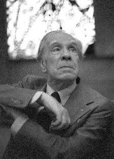 Borges, en gris, nunha foto sen data